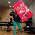 2NE1ボム、ペペロデーにファンへ超ビックサイズポッキーを!「デカッ!重くない?」
