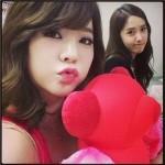少女時代サニー&ユナ、クマのぬいぐるみと一緒のセルフショット公開!
