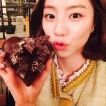 パク・スジン、バレンタインデー記念のチョコを持ったセルフショットを公開!