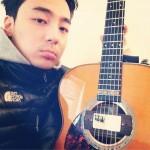 ロイ・キム、ギターと一緒のセルフショット公開!