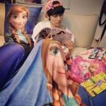 SUPER JUNIORヒチョルも「アナと冬の女王」にハマる?!アナに囲まれた日常ショット公開!