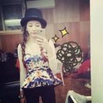 T-ara(ティアラ)ソヨン、カムバックを控えキュートな三つ編み&ブリティッシュコーディネートを披露!