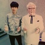 EXOチャンヨル、「カーネルおじさん」とのツーショット写真を公開!