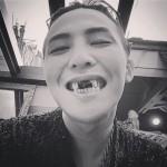 衝撃ビジュアル?!BIGBANGのG-DRAGON、前歯に海苔をつけてお笑キャラに大変身!?ファンは大ウケ!