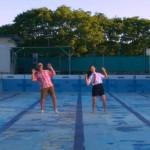 BEASTファンのおじいちゃんが、プールで女子高生とノリノリダンス