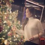 ジェシカ、きらめくクリスマスツリーを前に女神の美しさ見せる!