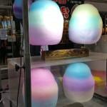 明洞の屋台でひときわ目立つレインボー綿菓子!