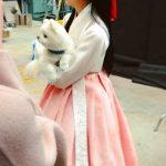 キム・ソヒョン、子犬を抱えた「人形が人形を抱っこしている」キュートな韓服姿が話題に