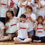 IU、仲間たちとお揃いのTシャツで楽しい「IUピクニック」を開催!