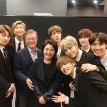 防弾少年団、仏訪問中のムン・ジェイン大統領夫妻とのグループショットを公開!