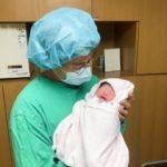 チェ・フィリップ「パパになりました」、生まれたての我が子を抱いた写真公開