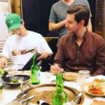 ソン・ジュンギ、離婚後の近況が注目集める!英国俳優に冷麺を紹介する姿公開
