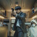 """""""頼れる男""""コン・ユがパク・ボゴムを守るため銃を構える! 余命僅かな男と不死のクローン 2人の逃避行を捉えた【場面写真】に注目!"""